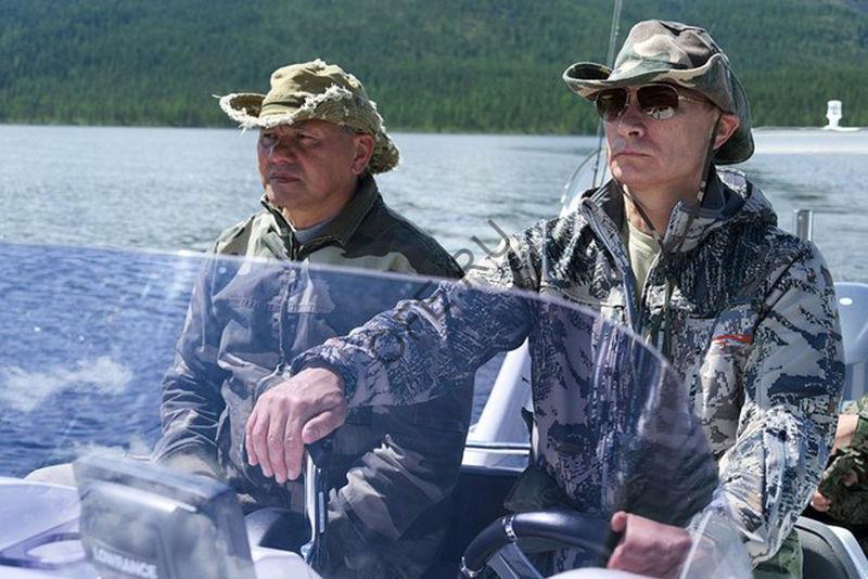 Путин в шапке для рыбалки