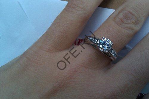 Кольцо из платины на пальце