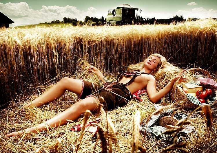 Девушка в комбинезоне на сене
