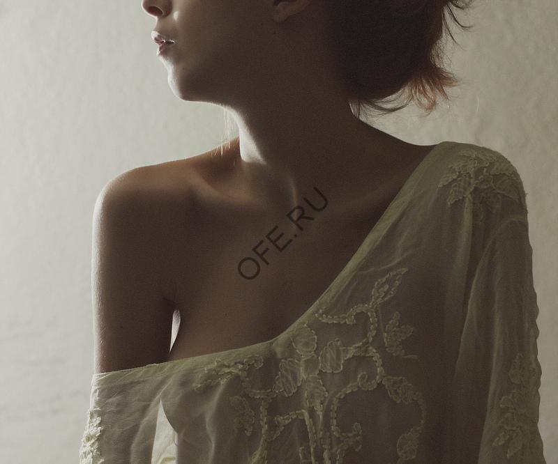 Обнажённое плечо
