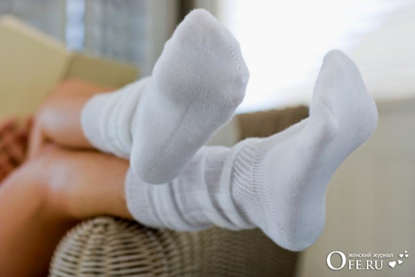 Ноги в белых носках